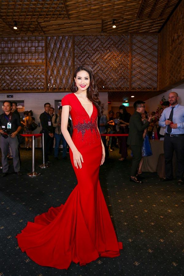 Tối 15/10, tân Hoa hậu Hoàn vũ Việt Nam Phạm Hương tiếp tục xuất hiện trong ngày thứ 2 của Tuần lễ thời trang quốc tế Việt Nam 2015 đang diễn ra ở TP. HCM.