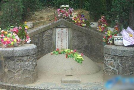 Tảng đá trước phần mộ tổ của Mao Trạch Đông được cho là tiềm ẩn hiện tượng lạ. Trước khi cụ Mao Dực Thần được an táng, tảng đá gõ vào phát ra tiếng kêu vang, thanh nhưng nay thì không.