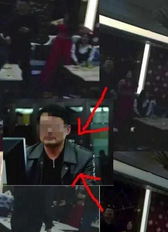 Hình ảnh Đường Thiệu Kim vui vẻ trong tụ điểm ăn chơi cao cấp cùng nhân viên phục vụ bị người tố cáo chụp lại làm bằng chứng, khiến ông này mất chức.