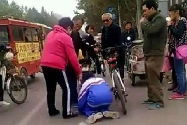 Hình ảnh cậu bé bị ông già bắt quỳ giữa phố gây phẫn nộ dư luận