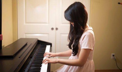 An Coong bên cây đàn piano quen thuộc