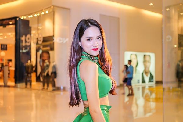 Tối 30/10, Hương Giang Idol đảm nhận vai trò khách mời cho chuỗi ngày hội diễn ra ở trung tâm thương mại Crescent Mall tại TP. HCM.