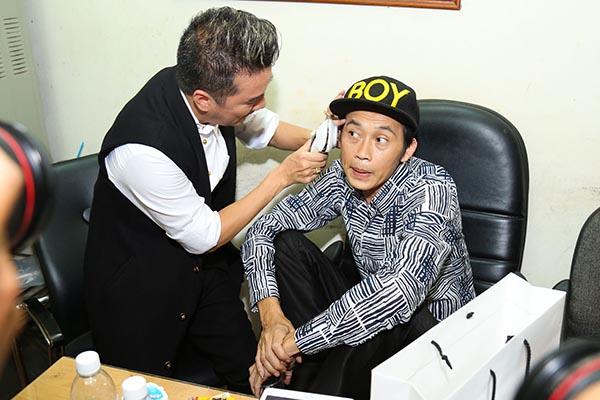 Là người diễn cuối chương trình (23h), song khoảng 18h, Hoài Linh đã có mặt tại phòng chờ để cổ vũ tinh thần cho các đồng nghiệp.