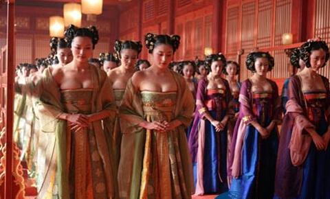 Những cung nữ trẻ trung, có nhan sắc trong triều sẽ được lựa chọn để dạy Hoàng đế những việc sẽ phải làm trong đêm động phòng.