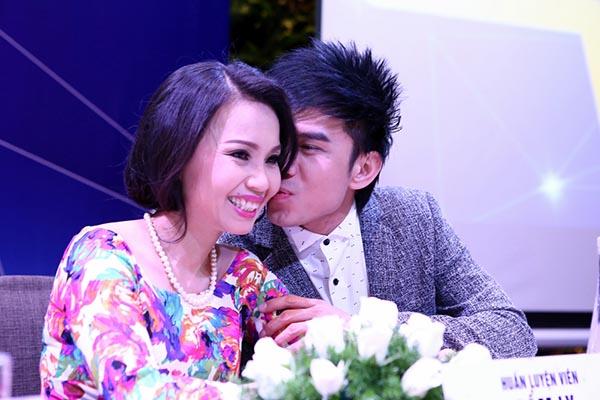 Đáp lại sự quan tâm của Cẩm Ly đối với mình, Đan Trường không ngại tặng ca sĩ phố hoa 1 nụ hôn tình cảm trước mặt nhạc sĩ Minh Vy.