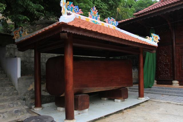 Một khúc gỗ nguyên khối được ông Quang bố trí trang trọng ở bên trong biệt phủ. Ảnh: Giadinhnet