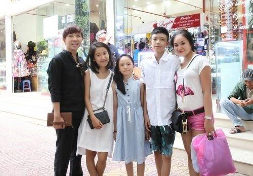 Long Nhật luôn thể hiện hình ảnh gia đình hạnh phúc trước ống kính
