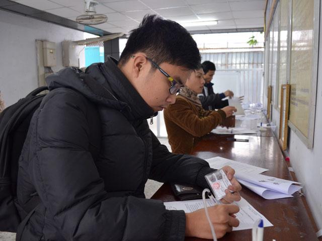 Người dân làm thủ tục đổi GPLX ô tô từ bìa giấy sang vật liệu nhựa PET tại Tổng cục Đường bộ Việt Nam