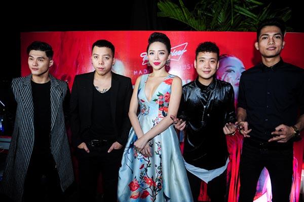 Khi đứng kề bên Tóc Tiên để chụp hình kỉ niệm cùng ê kíp, Hoàng Touliver tỏ ra khá lạnh lùng và đầy bí hiểm.