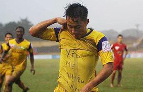 Hồ Tuấn Tài với hình ảnh đẹp khi khoe dòng chữ YÊU MẸ NHIỀU LẮM để cảm ơn người mẹ đã hy sinh rất nhiều cho Tài trở thành cầu thủ chuyên nghiệp. Ảnh: LĐ