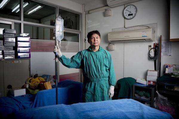Bằng việc loại bỏ đi tất cả những chi phí không cần thiết, bác sỹ Thep cung cấp dịch vụ với giá chưa đến 1/4 giá phẫu thuật chuyển giới ở bệnh viện lớn tại Thái Lan