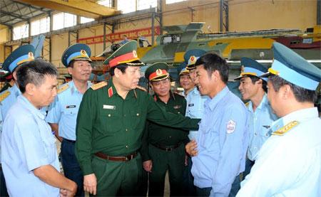 Đồng chí Bộ trưởng động viên cán bộ, công nhân Nhà máy A32.