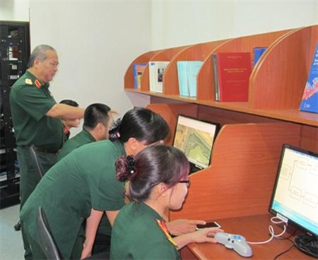 Cán bộ khoa học Cục Bản đồ trao đổi thông tin cơ sở dữ liệu địa hình quân sự.