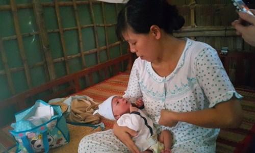 Bé Phát bên mẹ