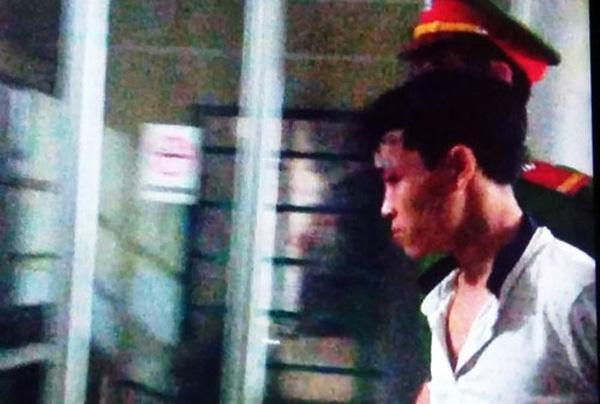 Nghi phạm Hồ chí Bảo bị bắt giữ khi đang băng bó vết thương tại bệnh viện đa khoa huyện Hướng Hóa. (Ảnh: CAND)