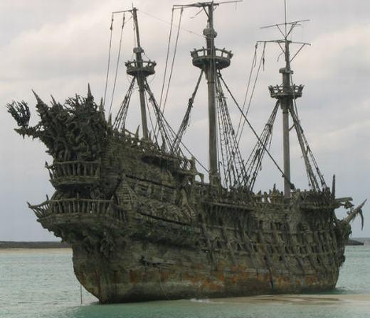Có lẽ Người Hà Lan Bay (Flying Dutchman) là con tàu để lại ảnh hưởng sâu rộng nhất. Con tàu này đã mất tích ở mũi Hảo Vọng vào năm 1641 do bão, khiến tất cả những thủy thủ đoàn trên biến mất không còn ai. Theo người dân địa phương, mỗi khi nơi đây có bão, nếu nhìn vào mắt bão, có thể nhìn thấy hình ảnh của con tàu ma quái và vị thuyền trưởng Van der Decken đang la hét điên dại. (Ảnh: Internet)