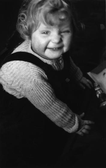 Angela Kasner lúc 1 tuổi rưỡi
