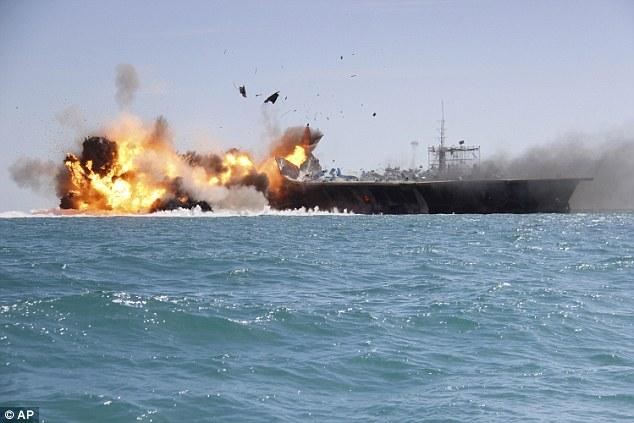 Iran luyện tấn công mô hình tàu sân bay Mỹ.