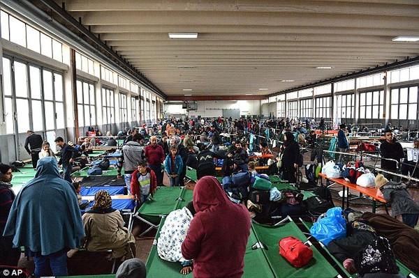 Quá đông người tị nạn trong trại tập trung đã dẫn đến nhiều vụ việc phức tạp.