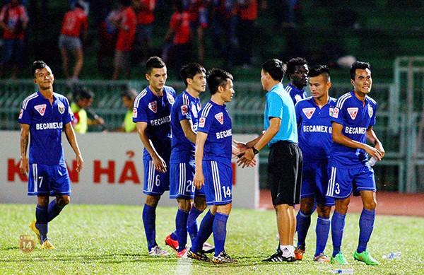 HLV phó Trần Minh Quang ra bắt tay động viên các cầu thủ sau khi đội nhà thất bại