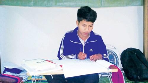 Góc học tập của Nguyễn Văn Vinh(cu Đường) ở ký túc xá.