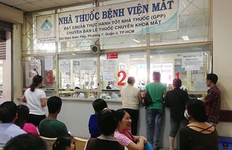 Bệnh nhân đang chờ khám, chữa bệnh, phẫu thuật, mua thuốc tại BV Mắt TP. Ảnh: TÙNG SƠN