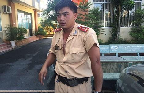 Thượng úy Võ Văn Thoại được đưa vào bệnh viện sau khi bị hành hung. Ảnh: TRỌNG VINH