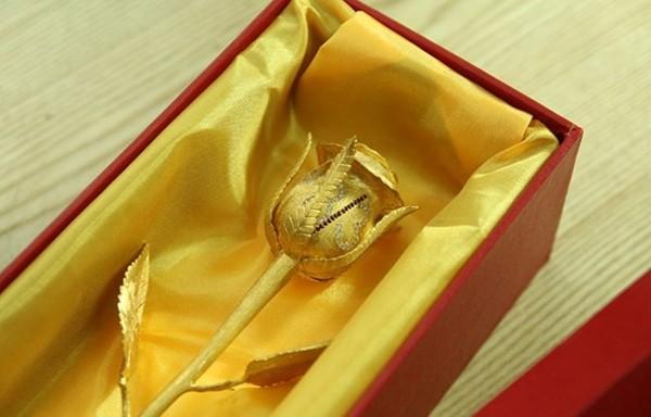 Một bông hồng được đúc bằng vàng thật có giá 250 triệu đồng.