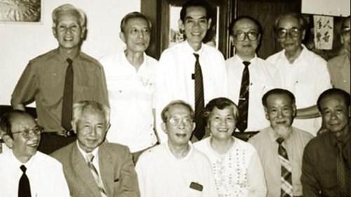 Ông Mười Hương (thứ 3 từ trái sang) và các điệp viên trong một lần gặp gỡ.