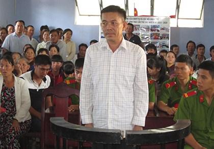 Bị cáo Nguyễn Dưỡng trước vành móng ngựa.