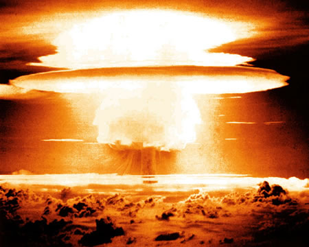 Quả cầu lửa khổng lồ xuất hiện trên bầu trời sau vụ thử Castle Bravo (ảnh minh họa).