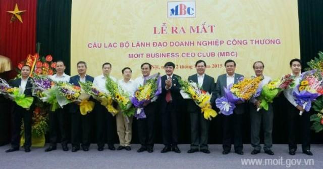 Ông Vũ Hùng Sơn (ngoài cùng bên phải) được giới thiệu là Thư ký Bộ trưởng kiêm Phụ trách văn phòng Bộ. Ảnh: MOIT
