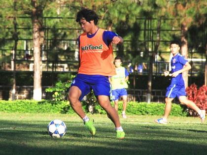 Công Phượng gặp khó khăn trong việc khẳng định khả năng của mình tại sân chơi V.League. Ảnh: HA.GL FC