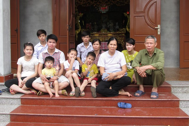 Ông Hiển, bà Nguyệt cùng 7 đứa con chưa lập gia đình chung sống với nhau tại nhà.Ảnh: Quỳnh Nguyên