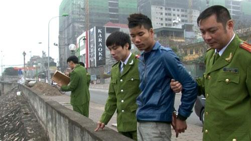 Đối tượng Trung được đưa ra hiện trường, nơi vứt chiếc sim điện thoại (Ảnh: VOV)
