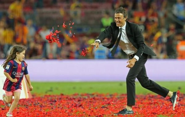HLV Enrique ăn mừng sau chiến thắng