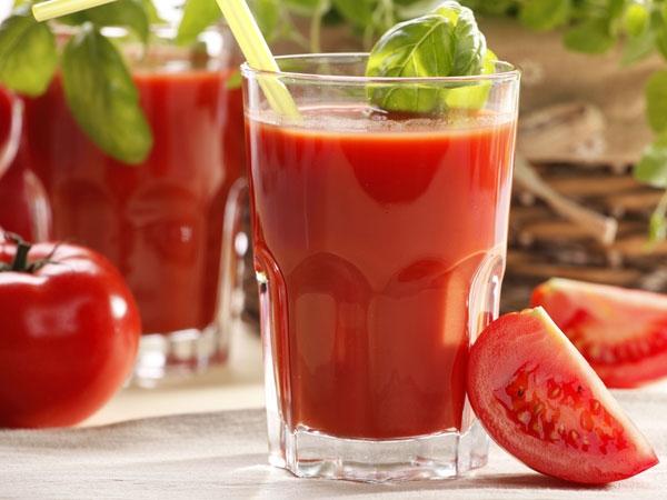 Cà chua - lượng vitamin C trong nước ép cà chua rất nhiều giúp cơ thể phục hồi nhanh chóng. Ngoài ra trong cà chua còn có chứa hàm lượng cao glucathione, đây chính là chất cơ thể sản xuất ra để chống lại các độc chất do rượu chuyển hóa.