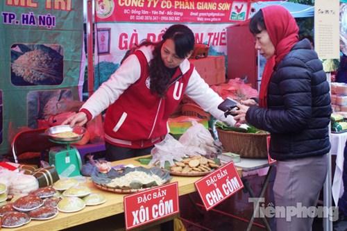 """Từ ngày 26 đến ngày 30/12, hội chợ """"Nông sản các vùng miền"""" được tổ chức tại Bảo tàng Phụ nữ, giới thiệu đến người dân Thủ đô hơn 100 đặc sản nổi tiếng đến từ 20 tỉnh thành trong cả nước."""