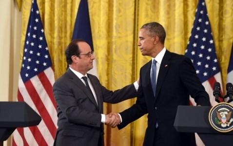 Dù bắt tay với nhau, ông Hollande (trái) và ông Obama vẫn không đạt được sự đồng thuận về tương lai của ông Assad trong vấn đề Syria. Ảnh AFP