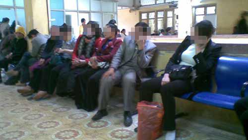 Chị L ngồi cùng người quen đến khám bệnh tại BV.