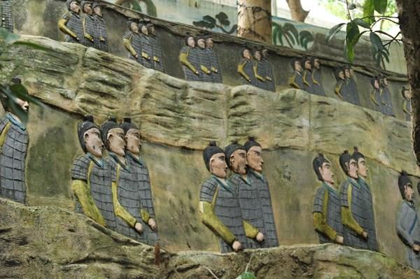 Bức tường thành bên trong biệt phủ. Ảnh: Lê Đình Dũng/Một thế giới