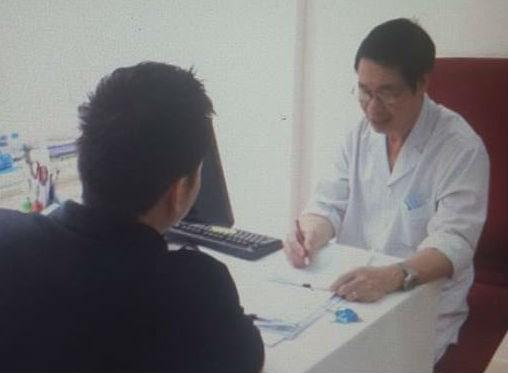 Bác sĩ Lợi khám cho bệnh nhân