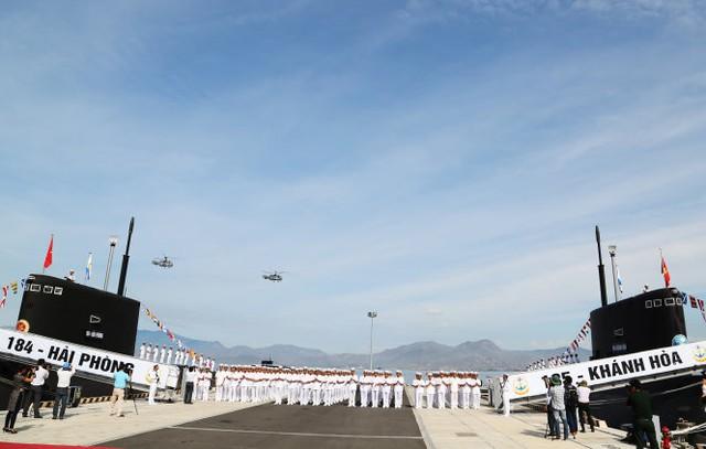 Lễ thượng cờ 2 tàu ngầm 184-Hải Phòng và 185-Khánh Hòa. Ảnh: Tuổi Trẻ.