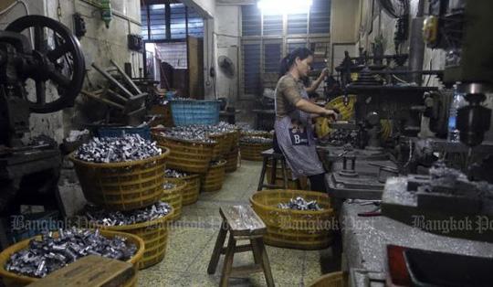 Công nhân tại một nhà máy sản xuất phụ tùng ô tô giả ở tỉnh Chiết Giang Ảnh: AP
