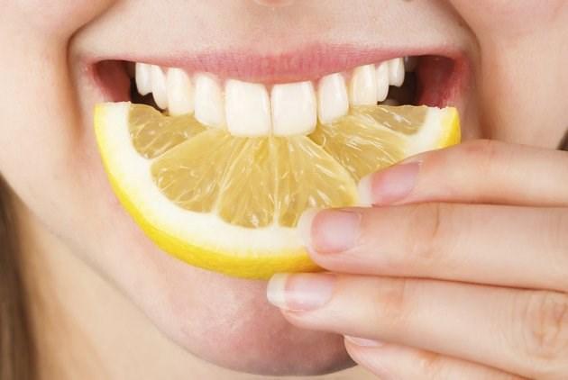 Lượng axit và chất sơ trong táo sẽ giúp loại bỏ những mảng bám trên răng.