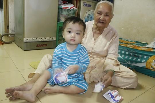 Rời Trung tâm nuôi dưỡng bảo trợ trẻ em Tam Bình, nét mặt bé Bo vẫn còn mệt mỏi
