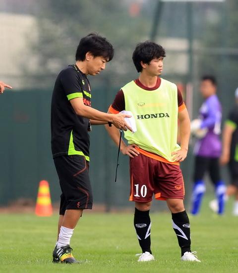 Công Phượng (phải) đang nỗ lực từng ngày để khẳng định mình với tư cách một cầu thủ chuyên nghiệp