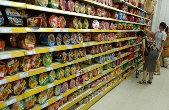 Rất nhiều bà nội trợ lựa chọn mì tôm trong mỗi lần đi mua sắm ở siêu thị (ảnh ST)