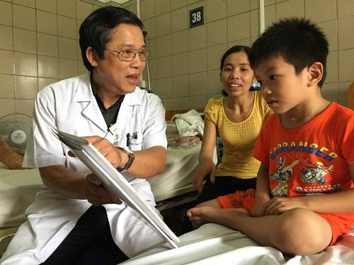 TS Nguyễn Kim Sơn – Giám đốc trung tâm Chống độc, BV Bạch Mai kiểm tra sức khỏe bé N..