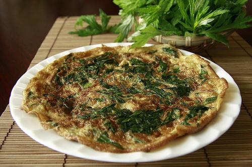 Trứng gà ngải cứu là món ăn - vị thuốc được nhiều người ưa chuộng.